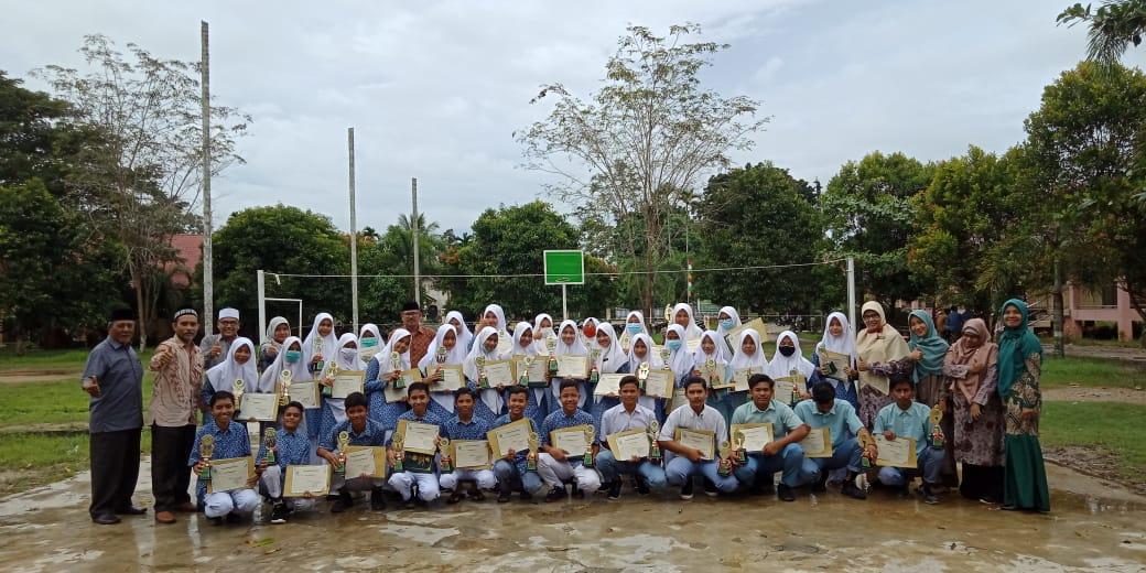 Pembagian Rapor dan Pembagian Piala bagi siswa Prestasi pada semester Ganjil Tahun Pelajaran2020/2001