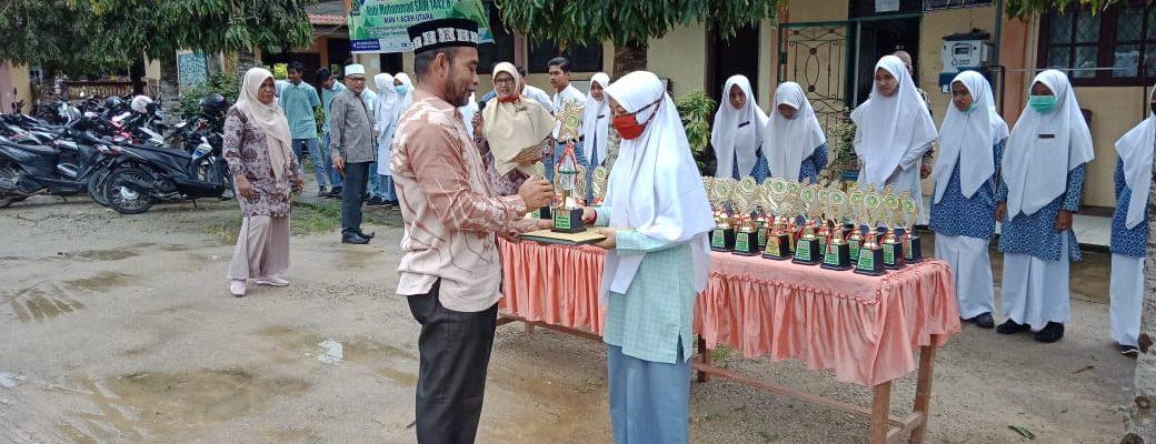 Penyerahan Piala kepada Peringkat Umum oleh Kepala Madrasah